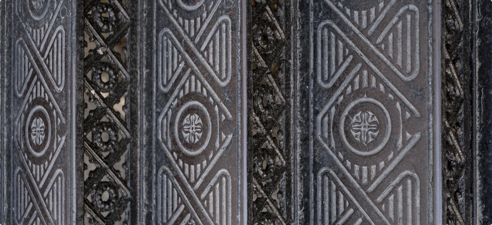 Декоративная чеканка на металлической полосе